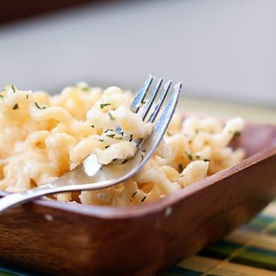 Pasta al quattro formaggi in a wooden bowl.