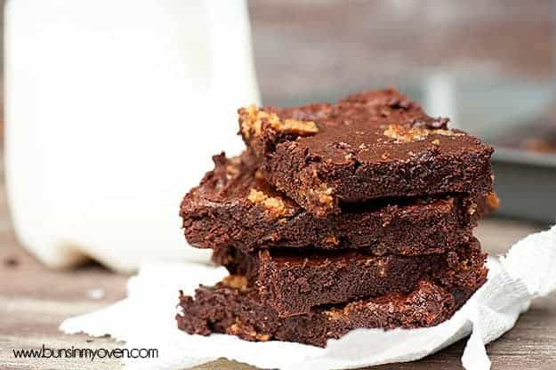 Oatmeal Cream Pie Brownies #recipe by bunsinmyoven.com