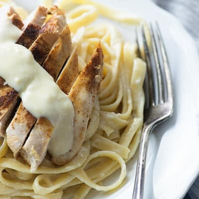 A plate of chicken alfredo.