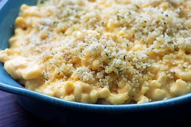 mac and cheese in blue dish with bread crumbs